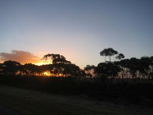 Nach der ungepflasterten, ätzenden Straße gibt es einen schönen Sonnenuntergang.