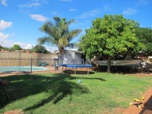 Das ist übrigens Mal der Garten, mit Mangobaum und Pool, mehr kann man sich nicht wünschen (auch wenn ich leider nicht zur Mangozeit hier bin, aber dafür ist das Gefriefach voll).