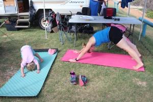 Ella macht Yoga mit ihrer Mama.